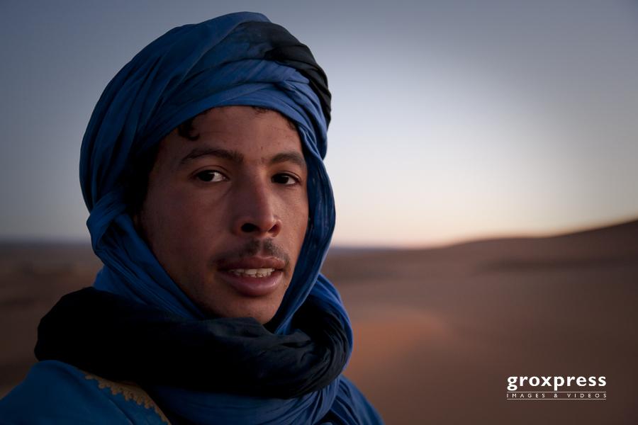 """unser Guide auf die Sanddüne am Rand der Sahara (""""Grand Erg"""")"""