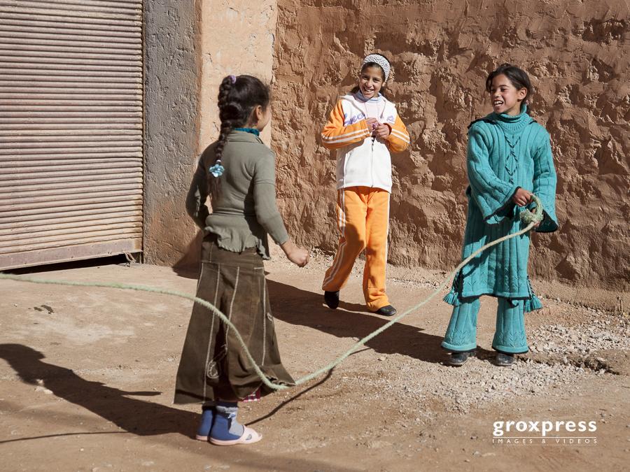 spielende Kinder (am Weg nach Ouarzazate)